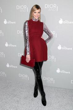 Jaime King arrives alla prima di The Orchard's DIOR & I al LACMA di Los Angeles in abitino rosso in tinta con la pochette, skinny vinilici e dolcevita metal.  -cosmopolitan.it