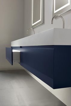 The bathroom furniture collection by Oasis. The washbasin is by Corian, 12 cm thick.