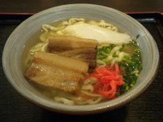 「うまんちゅ亭」の沖縄そば(三枚肉)ちぢれ麺