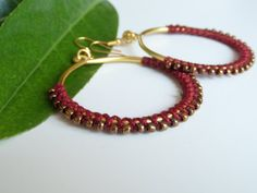 golden wire hoop earrings mit dark red yarn and brass beads, fashion jewelry dangle earrings, statement earrings, wire jewelry