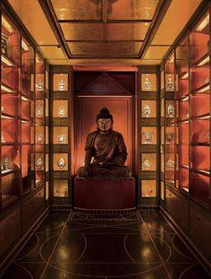 Yves saint Laurent Un bouddha en bois laqué or et rouge de la dynastie Ming, Chine, XVIe, veille sur le cabinet de curiosités dont le décor fut conçu par Jacques Grange.