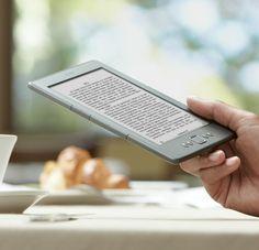 Kindle eReader: Gerät in der Hand im Cafe lesend | Best Tablet 2012