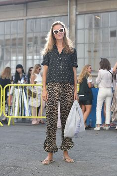 5 Trends to Not Wear With Jeans Pantalones amplios y chanclas Fashion Blogger Style, Ripped Jeggings, Ripped Skinny Jeans, Womens Fashion Online, Latest Fashion For Women, Animal Print Pants, Animal Prints, Embellished Skirt, Trendy Swimwear