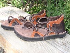 Sandalias de cuero hecho a mano - estilo ficha 2 - tapizadas en piel de venado de HandtoHeartFootwear en Etsy https://www.etsy.com/mx/listing/195314375/sandalias-de-cuero-hecho-a-mano-estilo
