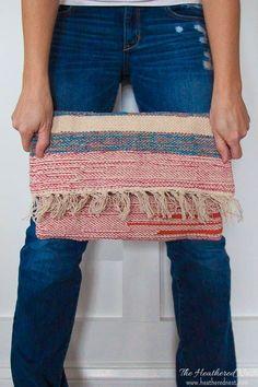 A handmade bag from a placemat! Easy tutorial for this DIY purse - boho clutch. Carpet Bag, Diy Carpet, Hall Carpet, Cheap Carpet, Stair Carpet, Pochette Diy, Diy Clutch, Clutch Bag, Carpet Trends