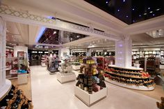 FormRoom for Harrods | London-Themed Shopfit | #Harrods #RetailInteriors #StoreDesign #VM #Christmas