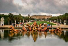 Palácio de Versalhes  O exemplo clássico e a maior conquista do Barroco francês foi o Palácio de Versalhes, o palácio real construído por Louis XIV arredores de Paris: uma enorme massa em forma de U com duas longas asas, quase nada prejudicado pelas pequenas, arcadas baixas na fachada principal de frente para os jardins