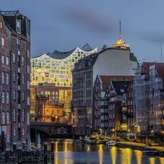 Hamburg Fotos und Bilder | Hamburg Bilderdruck | Fotos Hamburg | Hamburg lütte Bilder | Hamburg im Quadrat #hamburg #hamburgfoto #hamburgbilder #bilderhamburg #fotohamburg #segelboote #sonnenuntergang #elbphilharmonie #blauestunde #deichstrasse