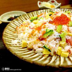 恵比寿でお昼からお寿司を食べられるお寿司屋さんは、八兵衛、びっくり寿司やちいさな回転寿司やさんなどいくつかありますが、こちら「鮨やまざき」のばらちらしもおすすめです。  こちらがそのばらちらし。 その日のネタがたっぷりのカニのほぐし身といっしょに散らしてあって、頂にいくらが鎮座しています。ちなみに一日10食限定で1,000円なり。 夜は5,000~10,000円くらいとそれなりのお値段のお寿司屋さんですが、お昼のちらし寿司、にぎり寿司は1,000円から。これまたちなみに、にぎりは「雪、雲、月」の3種類で、それぞれ1,000円、2,000円、3,000円。こちらが「雪」の写真です。  正直なところ、夜はコストパフォーマンス的な面でボクの感覚とはちょっとズレている感があるのであまり利用することはありませんが(あくまでボクの感覚です)、お昼はアリです。内装もちゃんとお寿司屋さんなので、例えば取引先との会食ランチ、接待ランチなどに使うのもいいんじゃないでしょうか。    やまざきへは、恵比寿駅西口からあるいて3分ほど。…