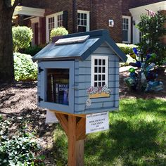 Little Free Library image in front of brick home Little Free Library Plans, Little Free Libraries, Little Library, Library Inspiration, Library Ideas, Street Library, Mini Library, Lending Library, Beautiful Library