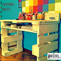 Escritorios — MUHL Pallet Desk, Pallet Furniture, Painted Furniture, Furniture Ideas, Woodworking Projects Diy, Pallet Projects, Room Ideas Bedroom, Room Decor, Happy Room