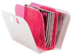 Trendiger Zeitungsständer aus Acryl in Neonfarben (pink / weiß) von Neon Living