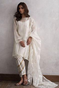 Nida Azwer drops her Eid Collection 2018 – Niftilicious Pakistani Fashion Party Wear, Pakistani Formal Dresses, Pakistani Dress Design, Pakistani Outfits, Indian Dresses, Indian Outfits, Indian Fashion, Indian Attire, Western Outfits
