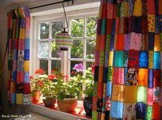 Cortina de retalhos. http://www.portalanaroca.com.br/essa-cortina-de-retalhos-me-trouxe-a-doce-lembranca-de-minha-avo/