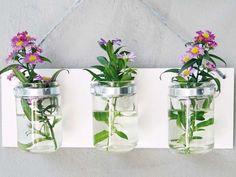 """Der Frühling kommt und damit steigt auch der Bedarf an hübschen Blumenvasen. Lisa vom Blog """"mein Feenstaub"""" liebt den """"Baumarkt-Chic"""" und zeigt uns deswegen wie man dieses tolle Vasentrio am Brett mit Schlauchschellen bauen kann."""