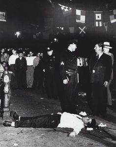 Online veilinghuis Catawiki: Weegee (Arthur Fellig) ICP - 'Murder at the feast of St. Weegee Photography, Street Photography, Little Italy New York, Detective Aesthetic, San Gennaro, Mafia Crime, Vietnam, New York Life, Der Arm