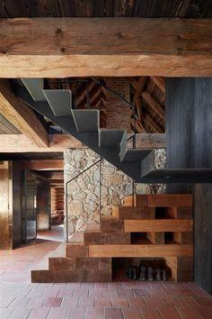 Fotogalerie: Otevřený atypický krb ve stodole je usazený na kameni z nedaleké stráně.
