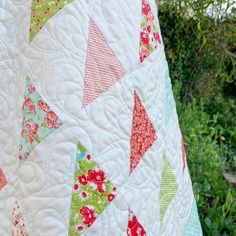 Patchwork Gifts Book Tour: A Scrappy Triangle Baby Quilt - Simple. Scrappy Quilts, Easy Quilts, Form Crochet, Crochet Geek, Sewing Classes For Beginners, Tea Cosy Knitting Pattern, Granny Square Quilt, Irish Chain Quilt, Missouri Star Quilt Tutorials