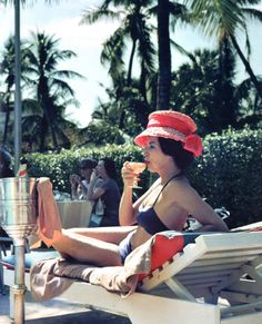 Leisure and Fashion, 1961 by Slim Aarons A woman watching a poolside fashion show at the Colony Hotel, Palm Beach, Florida, 1961 Slim Aarons, Palm Beach Florida, Patti Hansen, Lauren Hutton, Fashion Art, Fashion Show, Beach Fashion, Fashion History, Fashion Models