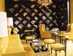 Soggiorno contemporaneo nei colori giallo ocra e nero con libreria particolare