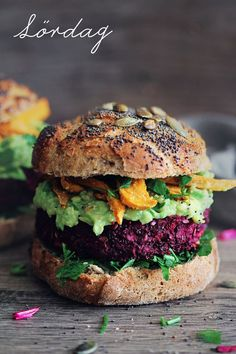 quinoa- och rödbetsburgare med avokadodressing och sötpotatispommes till