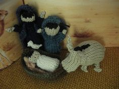 knit pattern free for nativity  http://runningjackknits.blogspot.com/2010/12/weeks-forty-six-forty-seven-forty-eight.html