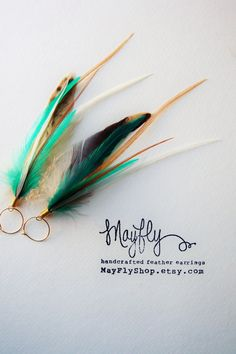 Etsy の Turquoise Feather Earrings by MayflyJewelry
