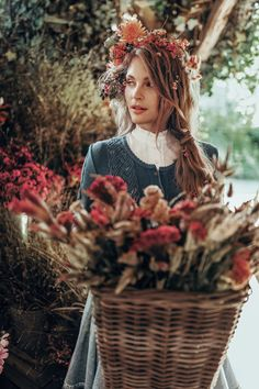 LENA HOSCHEK TRADITION - Frühling/Sommer 2019 ©Rares Peicu - Theresia Bluse, Aloisia Weste Vergissmeinnicht, Dradi Rock himmelblau #weste #cardigan #rock #skirt #naturalstyle #spring #summer #lenahoschek #tradition #tracht #lenahoschektradition #österreich #austria