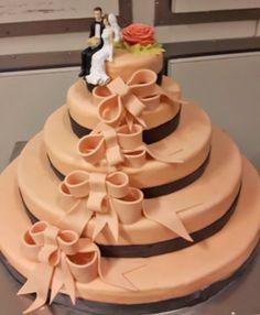 Maak jullie bruidstaart persoonlijk en bijzonder door de juiste kleur, mooie decoratie zoals deze bijzondere linten en een grappig bruidsspaartje bovenop.