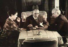 BUGÜN AYAKKABI KUTUSUNDA GEMICIKLERDE... Kahveden sonra Atatürk soruyor: - Hayrola İsmet?.. Sende bir fevkaladelik var bugün... Ne oldu?.. Neye sinirlendin? - Türk Hava Kurumu'nun toplantısı vardı da... - Eee, ne olmuş varsa? - Fuat beyi (THK Başkanı) epey terlettim... İstifaya falan kalktı. - Çalışkan çocuktur Fuat... Kurumu da iyi yönetiyor. - Bunlara bir diyeceğim yok... Fakat canımı sıkan bir şey oldu. - Neymiş o? - Hesaplarda bir kuruş oynuyor. - Bir kuruş. İnönü: - Daha önceki t