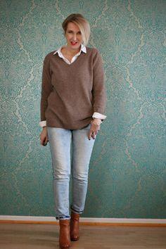 Pullover über Bluse getragen