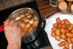 Λουκουμαδάκια που δεν πανιάζουν - Γλυκά - Κλασικά+αγαπημένα | γαστρονόμος Sausage, Food And Drink, Chicken, Meat, Vegetables, Cooking, Desserts, Recipes, Originals