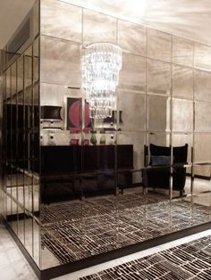 Conexão Décor Hall de entrada com as paredes em quina revestidas de espelhos bronze bisotados quadrados. http://conexaodecor.com/2017/05/parede-de-espelhos/