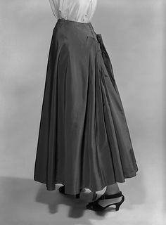 Charles James produced some of the most memorable garments ever made. Charles James, Evening Skirts, Ball Gowns Evening, Edwardian Fashion, 1940s Fashion, 1920s Dress, Flapper Dresses, Costume Collection, Vintage Fashion Photography