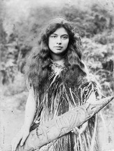 A Maori woman in New Zealand, Polynesian People, Polynesian Culture, Maori People, Tribal People, Anthropologie, Old Photos, Vintage Photos, Satisfying Photos, Maori Designs