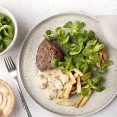 Een echte klassieker met restaurantallures, die je ook gemakkelijk zelf kan klaarmaken thuis! Een stukje sappige, malse steak met daarbij een heerlijke champignonroomsaus, frisse veldsla en ovengebakken frietjes. Maak er een feestmaal van! #ovenfrietjes #steak #klassieker #champignonroomsaus #biefstuk Steaks, Back To School, Healthy Recipes, Healthy Food, Beef, Desserts, Mushroom, Beef Steaks, Healthy Foods