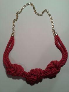 Collar de nudos marineros en color fucsia by La Maryeta.