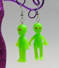 Glow-In-The-Dark Alien Earrings by dashoffun on Etsy Weird Jewelry, Funky Jewelry, Cute Jewelry, Jewlery, Charm Jewelry, Funky Earrings, Diy Earrings, Grunge Jewelry, Accesorios Casual