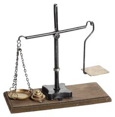 Machetă metalică balanţă. Îşi găseşte de minune locul într-un birou decorat clasic sau pentru pe un raft dintr-un magazin de obiecte vintage.