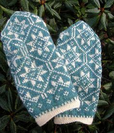 Latvian mittens by The Needle Lady, pattern available for free via Ravelry. Crochet Mittens, Mittens Pattern, Fingerless Mittens, Knitted Gloves, Knit Crochet, Knitting Charts, Knitting Stitches, Knitting Yarn, Hand Knitting
