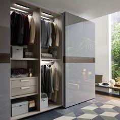 Ein besonderes Highlight des Kleiderschrankes Class von Novamobili ist die mittlere Zierleiste.  #kleiderschrank #schrank #stauraum #schlafzimmer #schiebetür #wardrobe #closet #interiordesign