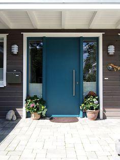 Soester Holzhaus ausgestattet mir Sorpetaler Ganzblatt-Haustür in blau mit zwei Seitenteilen