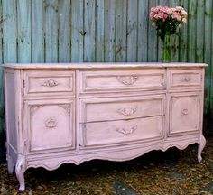 Oud dressoir, brocante roze geschilderd, zo gedaan! Groots effect Durf je dat met die grote kast? En dan als contrastkleur elders ind e woonkamer dit blauw?