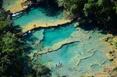 Semuc Champey je jedním z musíte vidět, pokud se vydáte do Guatemaly. Řeka Cahabón se ztrácí pod skálou a vy máte šanci si zaplavat v tyrkysových jezírkách.