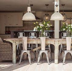 Las antiguas lámparas que se usaban en fábricas y almacenes, con acabados metálicos, tienen tanta personalidad que se convierten en el alma de la casa.  http://elmercadodemaria.com/blog/?p=1445