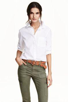 Приталенная х/б рубашка: Приталенная рубашка с длинным рукавом из стиранной хлопковой ткани. Отложной воротник со стойкой и нагрудный карман. Низ скруглен.
