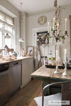 source Living Inside Love this Shabby- Chic kitchen Elegant Kitchens, Beautiful Kitchens, Cottage Kitchens, Home Kitchens, Country Kitchen, Cozy Kitchen, Kitchen Reno, Rustic Kitchen, Kitchen Remodel