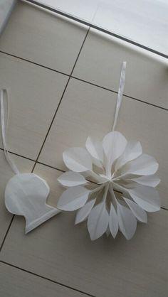 Die Ecken abgerundet , aus dem Papiertüten Stern ist ne Blume geworden. .