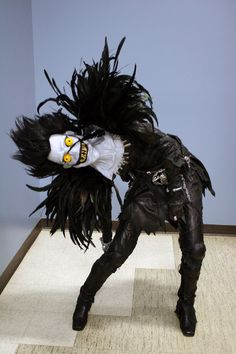 This terrifying Ryuk (Death Note) cosplay has a full tutorial!