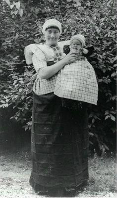 Afbeelding van een vrouw met kind in Spakenburger klederdracht. 1930-1940 #Utrecht #Spakenburg